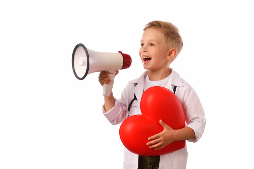 Junge mit Herz und Megaphone