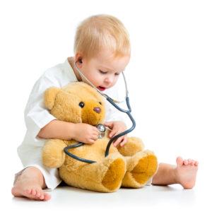 Kind hört Teddy ab