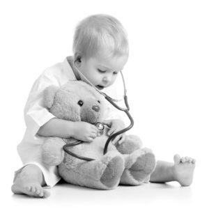 Kind hört Teddy ab sw